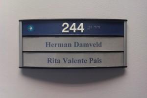Os nomes na porta do nosso super escritório. De namen op de deur van onze super kantoor.
