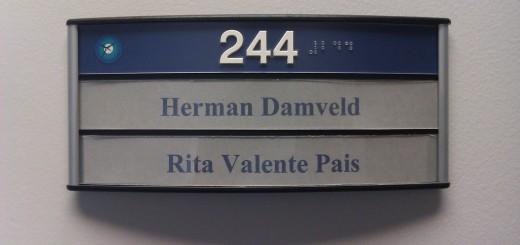 Os nomes na porta do nosso super escritório. De namen op de deur van ons superkantoor.
