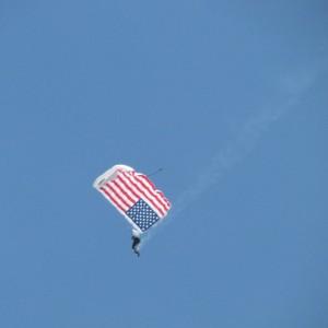 Lucas Oil Skydyvers, natuurlijk met de Amerikaanse vlag! / Paraquedistas Lucas Oil com a bandeira Americana, claro!