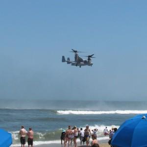 V22 Osprey hoovering boven de branding / V22 Osprey sobre a rebentação
